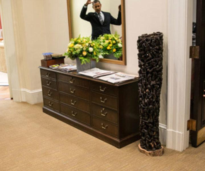 Presidente Barack Obama finge ser preso na teia do Homem Aranha ao cumprimentar o filho de um funcionário da Casa Branca. 26/out/2012