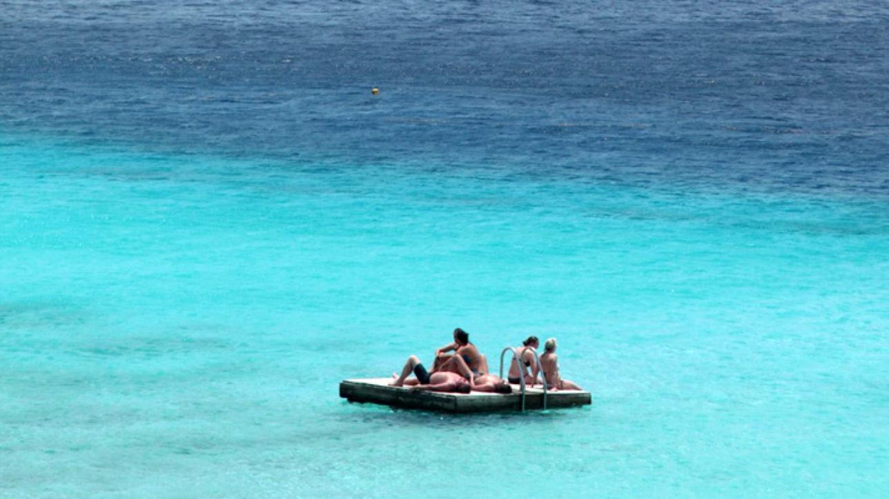 Deck no meio do mar em Porto Mari