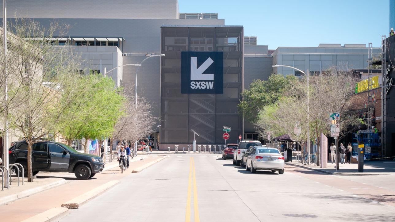 Fachada do Austin Convention Center em março de 2018.